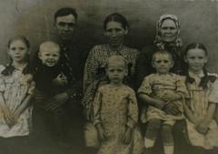«Дед про войну рассказывал неохотно. Бабушка в такие минуты дежурила неподалеку с пузырьком сердечных капель»